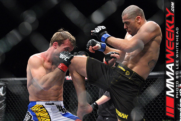 Renan Barao cracks Brad Pickett