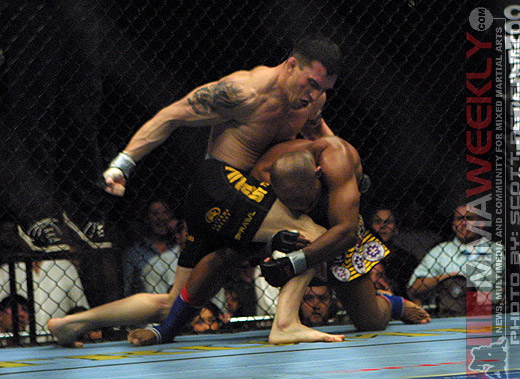 Nate Quarry defeats Shonie Carter at UFC 53
