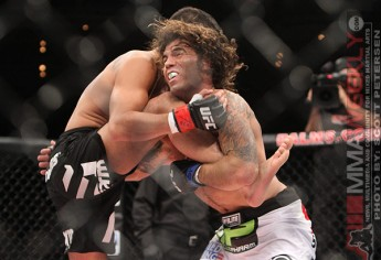 Clay Guida catches and Anthony Pettis kick